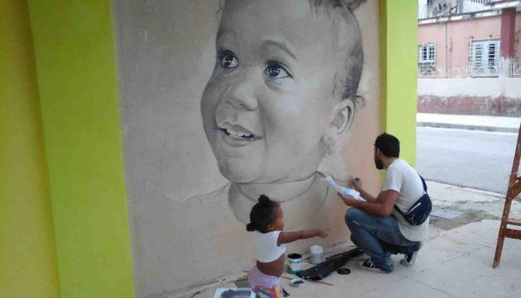 Galería a cielo abierto de niños gigantes en las calles de La Habana